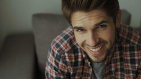 Hombre joven feliz Retrato del hombre joven hermoso en la camisa sport que mantiene los brazos cruzados y sonrisa almacen de video