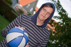 Hombre joven fresco con baloncesto Imagenes de archivo