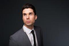 Hombre joven fresco en traje de negocios y corbata Imágenes de archivo libres de regalías