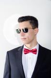 Hombre joven fresco en traje y gafas de sol Fotos de archivo