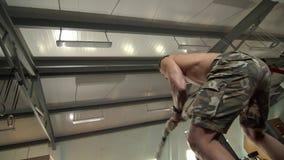 Hombre joven fuerte que hace ejercicios con una cuerda de la batalla de la velocidad metrajes