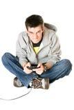 Hombre joven furioso con una palanca de mando para la videoconsola Imagen de archivo