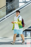 Hombre joven gordo en la alameda de compras de Livat, Pekín, China Fotografía de archivo libre de regalías