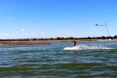 Hombre joven hacia fuera para un wakeboard en el parque de la estela de Perth Imagen de archivo libre de regalías