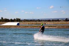 Hombre joven hacia fuera para un wakeboard en el parque de la estela de Perth Imágenes de archivo libres de regalías