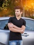 Hombre joven hermoso al lado del coche Imagenes de archivo