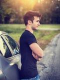 Hombre joven hermoso al lado del coche Foto de archivo libre de regalías