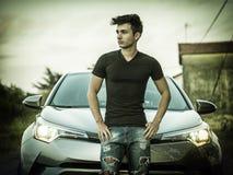 Hombre joven hermoso al lado del coche Fotos de archivo libres de regalías