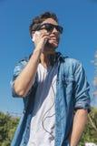 Hombre joven hermoso casual elegante urbano que habla en smartphone Imagen de archivo libre de regalías