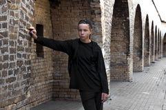 Hombre joven hermoso cerca de una pared de ladrillo Imagen de archivo libre de regalías