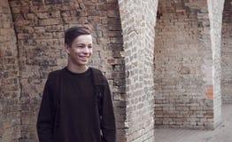 Hombre joven hermoso cerca de una pared de ladrillo Foto de archivo libre de regalías