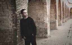 Hombre joven hermoso cerca de una pared de ladrillo Fotografía de archivo