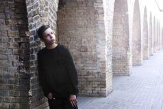 Hombre joven hermoso cerca de una pared de ladrillo Imagenes de archivo