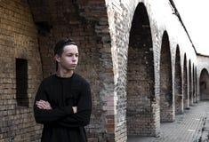 Hombre joven hermoso cerca de una pared de ladrillo Imágenes de archivo libres de regalías