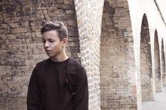 Hombre joven hermoso cerca de una pared de ladrillo Foto de archivo