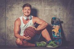 Hombre joven hermoso con el monopatín al aire libre Imagenes de archivo