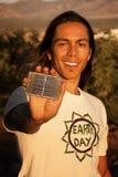 Hombre joven hermoso con el pequeño panel solar foto de archivo libre de regalías