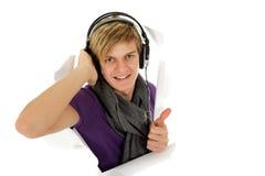 Hombre joven hermoso con el receptor de cabeza, pulgares para arriba Imágenes de archivo libres de regalías