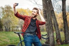 Hombre joven hermoso con la bicicleta Fotografía de archivo