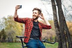 Hombre joven hermoso con la bicicleta Imagen de archivo