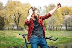 Hombre joven hermoso con la bicicleta Foto de archivo