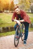 Hombre joven hermoso con la bicicleta Fotos de archivo