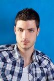 Hombre joven hermoso con la camisa de tela escocesa en azul Imagen de archivo libre de regalías
