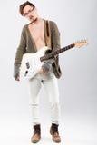 Hombre joven hermoso con la guitarra eléctrica Imagen de archivo