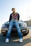 Hombre joven hermoso con su coche Foto de archivo