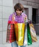 Hombre joven hermoso después de hacer compras Imágenes de archivo libres de regalías
