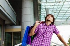Hombre joven hermoso después de hacer compras Fotos de archivo libres de regalías