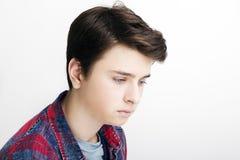 Hombre joven hermoso elegante que presenta en el fondo blanco Fotos de archivo libres de regalías