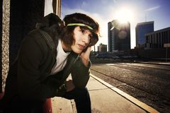 Hombre joven hermoso en el ocaso en ciudad Imagenes de archivo