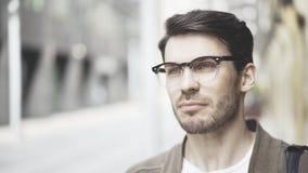 Hombre joven hermoso en la calle que piensa en el proyecto de alta tecnología futuro Imágenes de archivo libres de regalías