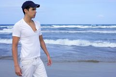Hombre joven hermoso en la playa azul del océano Imagen de archivo