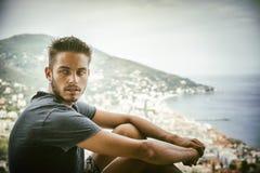 Hombre joven hermoso en la playa en día de verano Foto de archivo