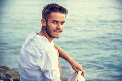 Hombre joven hermoso en la playa en día de verano Fotos de archivo libres de regalías