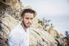 Hombre joven hermoso en la playa en día de verano Fotografía de archivo libre de regalías