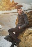 Hombre joven hermoso en la playa en las rocas Fotografía de archivo