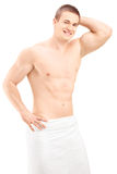 Hombre joven hermoso en la toalla que presenta después de ducha Imagen de archivo