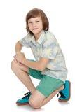 Hombre joven hermoso en pantalones cortos Foto de archivo libre de regalías