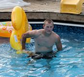 Hombre joven hermoso en piscina Fotos de archivo libres de regalías