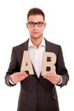 Hombre joven hermoso en traje clásico y con el ABC de las letras Imágenes de archivo libres de regalías