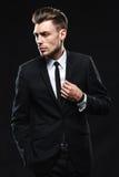 Hombre joven hermoso en traje en fondo oscuro Fotografía de archivo libre de regalías