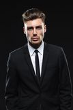 Hombre joven hermoso en traje en fondo oscuro Foto de archivo libre de regalías