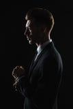 Hombre joven hermoso en traje en fondo oscuro Imagen de archivo