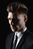 Hombre joven hermoso en traje en fondo oscuro Fotos de archivo libres de regalías
