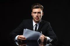 Hombre joven hermoso en traje en fondo oscuro Imágenes de archivo libres de regalías