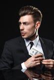 Hombre joven hermoso en traje en fondo oscuro con Foto de archivo