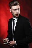 Hombre joven hermoso en traje en fondo oscuro con Imágenes de archivo libres de regalías